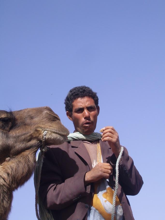 un monsieur et dromadere dans le desert du draa Adu voyage au maroc