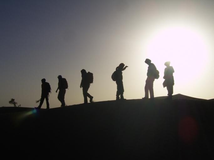 groupe de personnes dans le desert du draa du voyage au maroc