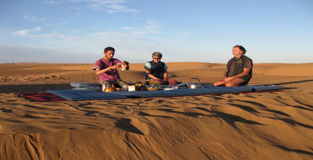 repas dans le desert du voyage au maroc