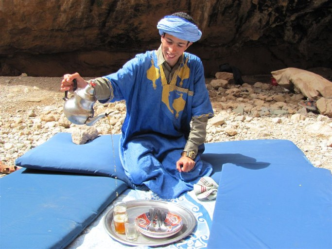 monsieur dans les vallee des roses du voyage au maroc